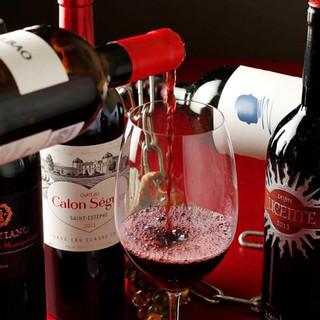 ソムリエ厳選のワインなど100種類飲み放題で30分500円!