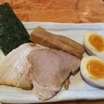 麺武者 - 特製 200円 かなり厚めのチャーシュー2枚に、太いメンマ3個と玉子1個、海苔1枚