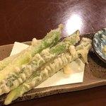 旬菜割烹 和しん - アスパラ天ぷら 400円