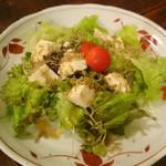 ザ・居酒屋 どどど - カリカリじゃこと豆腐のサラダ
