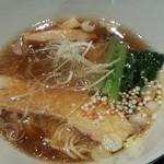 ニシキ イワモト・マツヤマ・ラーメンバー - 鶏醤油らあ麺(900円)鶏の甘味を楽しめます
