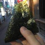 おにぎり浅草宿六 - 鮭 300円。家まで歩いて帰る間にパクつきながら。 今日もお母さん頑張ってました( ^ω^ )