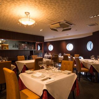 豪華客船を思わせる、ラグジュアリーな美食空間