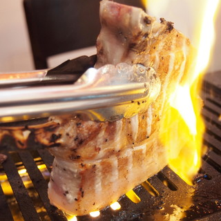 【名物★肉の塊焼き】オススメはトマホークステーキ!