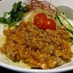87079161 - 肉味噌その他が盛られた多加水麺