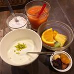 87088377 - ゆっくり朝食 1650円                       100%果汁ジュース(ブラットオレンジジュース)                       ヨーグルト フルーツ