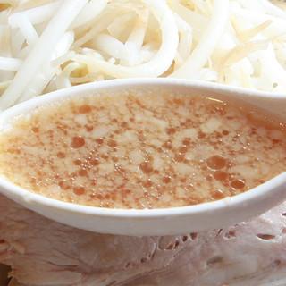 【スープにこだわる】店舗炊きの極上濃厚豚骨スープ