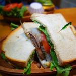 クアアイナ 福岡ソラリアプラザ店 - ローストビーフサンドイッチ。 ドリンクとフライドポテト付きで1,319円(税抜)です。