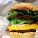 クアアイナ 福岡ソラリアプラザ店 - 厚切りチェダーアボカドバーガー ランチセット1,383円 単品1,183円。 今回はドリンクとポテトが付くランチセットです。