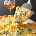笄町SALONE - ゴルゴンゾーラ、カマンベール、ウォッシュなど6種のチーズのピザ
