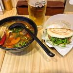 MOOGA - 麻辣米線と肉夹馍+香菜 (甘みを少し足すトッピングが欲しい)