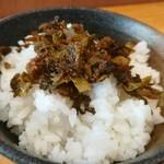 博多ラーメンセンター - めし(小)に高菜をのせる
