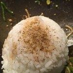 汁なし担担麺専門 キング軒 - タレと山椒投入