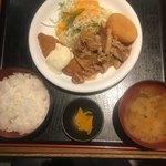 手羽一郎 - ご飯と味噌汁、漬物はお代わりできますよ。でも、年齢的に無理ですぅ〜〜