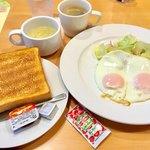 ガスト - 料理写真:モーニングE「目玉焼きセット」(399円税別)。パンかご飯が選べる。スープ、ドリンクバー付き。