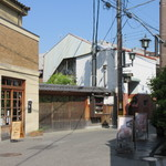 mugi - 斜向かいに「みやけ亭」「林源十郎商店」