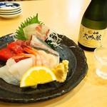 にぎり鮨 魚魚 - 料理写真:お造り盛り合わせ & 冷酒