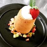 珈の菓 - 料理写真:ロウソク シフォンを円柱状に焼き上げ中にはカスタードクリームを詰めて、上の生クリームといちごでローソクのイメージを形にしました。