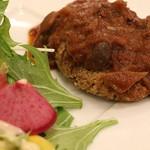 グルテンフリー アンド ビーガンカフェ チョイス - 豆と雑穀のハンバーグのアップ。