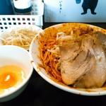 麺屋 歩夢 - 辛い小汁無しラーメン 930円(税込)  生卵はひとつ付いて来る。野菜増し分は汁無しの場合、別皿で。