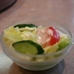 87149209 - レタス、キュウリ、トマトのサラダ