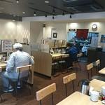 れんげ食堂Toshu - れんげ食堂 Toshu 板橋仲宿店 店内 向かい合うカウンター席のむこうにもテーブル席があり広いです