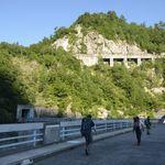 8715150 - 黒部ダム、アーチの上を歩く