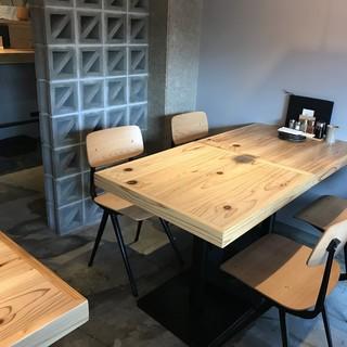 【テーブル席】半個室型のテーブル席。落ち着いた空間でゆっくりとお食事をどうぞ。