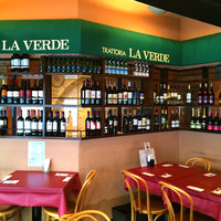 世界各国のワインが並ぶ、大人の美食空間で至福のひと時を
