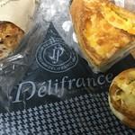 デリフランスエクスプレス - ハッシュポテトエッグ&チーズフランス(ハーフ)&フルーツバケット