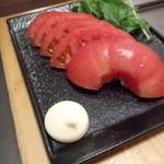 87159653 - 冷やしトマトは下駄に乗って鉄板上に鎮座?面白い(笑)