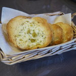 JiJi - ミートスパに付くガーリックトースト