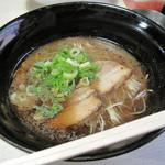 将丸 - 黒LA-麺600円。黒マー油(焦がしニンニク風味の香味油)入りです。