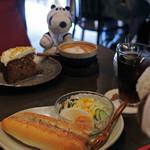 うさぎとぼく - 今日も阿倍野の人気カフェ『うさぎとぼく』さんで まったり中のボキら。ボキはホットドッグとアイスコーヒー、 ちびつぬはキャロットケーキとカフェラテを注文!