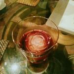 ランバリオン - ブラックローズ  コーヒー×ラム酒のお酒。氷は薔薇の形。