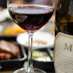 サトブリDA - ハラミをバックに赤ワイン