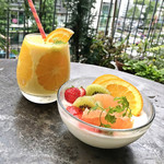 THE MID WEST CAFE★cafe - Orange & Pineapple Smoothie(税別750円)/ 生クリームのプリン + 季節のフルーツ(税別500円)