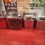 博多風龍 - 卓上トッピング軍団。紅生姜、高菜、おろしニンニク、唐辛子。