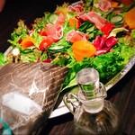 koshitsusute-kiandoitariandainingubaiorettothiga- - 生ハムフラワーとプチトマトのブーケサラダ