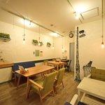コーヒーと焼き菓子のお店 らぼラトリエ - テーブルは入り口4席 奥に10席