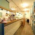 コーヒーと焼き菓子のお店 らぼラトリエ - カウンターが6席あります
