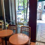 ドトールコーヒーショップ - 店内からテラス席を臨む
