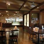 カフェ エニシ - 店舗はかなり広い