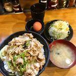 伝説のすた丼屋 - すた丼(単品¥630)飯増し(+¥110) 生卵と味噌汁、山盛り千切りキャベツが付いてデフォでこの価格はなかなかにCP良好。すた丼とは要するに生卵付きの豚丼ということか。ツユが予想外に少なかった。