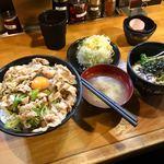 伝説のすた丼屋 - すた丼油そばセット(¥990)飯増し(+¥110) 結果的に飯増しは失敗。すた丼の味に意外とパンチが無く、今いちピンと来なかった。キャベツが山盛りなのは嬉しい。