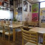 扇屋 - テーブル席とカウンター席の店内