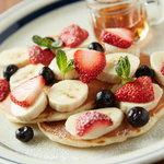 足羽山デッキ - 苺とバナナとブルーベリーのパンケーキ