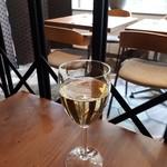 蔭山樓 - グラスワイン白微炭酸がいい感じ。¥580