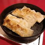 87205531 - 名物鉄鍋餃子(四個) ¥520
