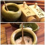 蕎麦むらた - 卓上には「京都・原了郭」の「黒七味」「一味」、岩塩などが置かれています。
